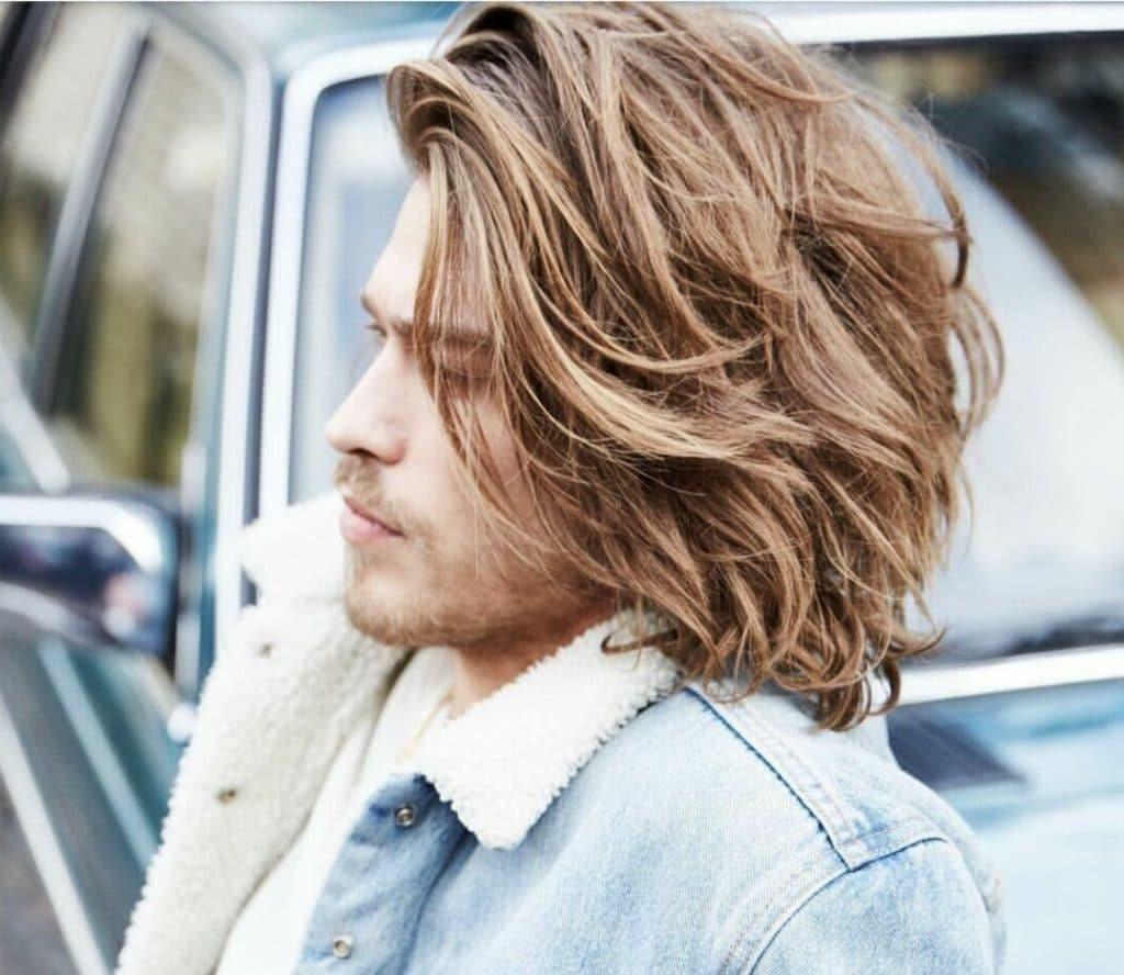 Каре с выбритыми висками чаще всего выбирают мужчины с кудрявыми и густыми волосами с целью уменьшить объем прически и выглядеть более сурово и мужественно. Кстати, выбритые виски могут выглядеть довольно креативно и сексапильно, если украсить их разнообразными геометрическими узорами и линиями. Градуированное каре осуществляется послойно: удлиненная часть – на затылке, на макушке волосы стригутся чуть короче. В итоге прическа выглядит небрежно и сексуально.